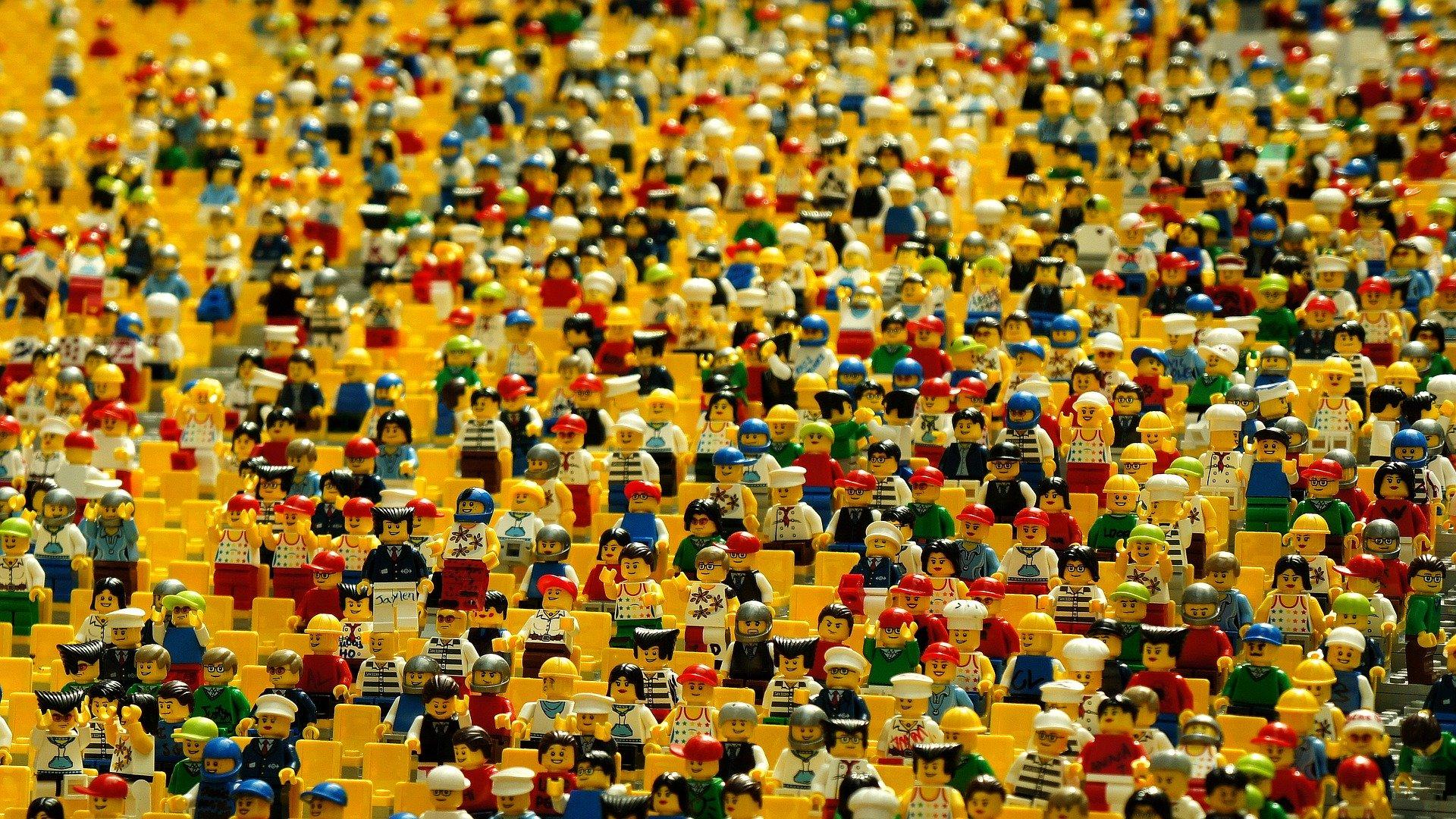 Social Media Reichweite dargestellt durch eine Menge an Lego-Männchen